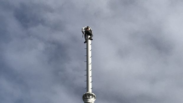 Profissionais trabalham a mais de 190 metros em prédio de Goiânia