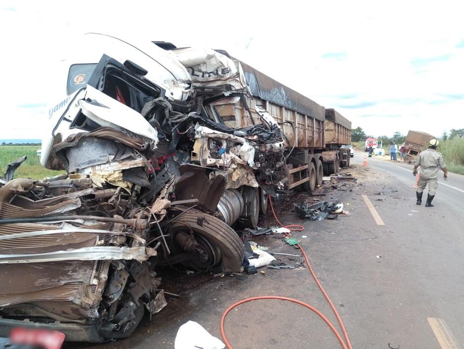 Acidente entre carretas deixa dois mortos na BR-452