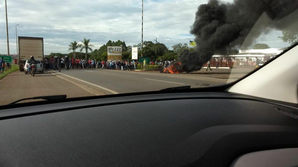 Funcionários de frigorífico fazem manifestação na GO-070, em Goianira