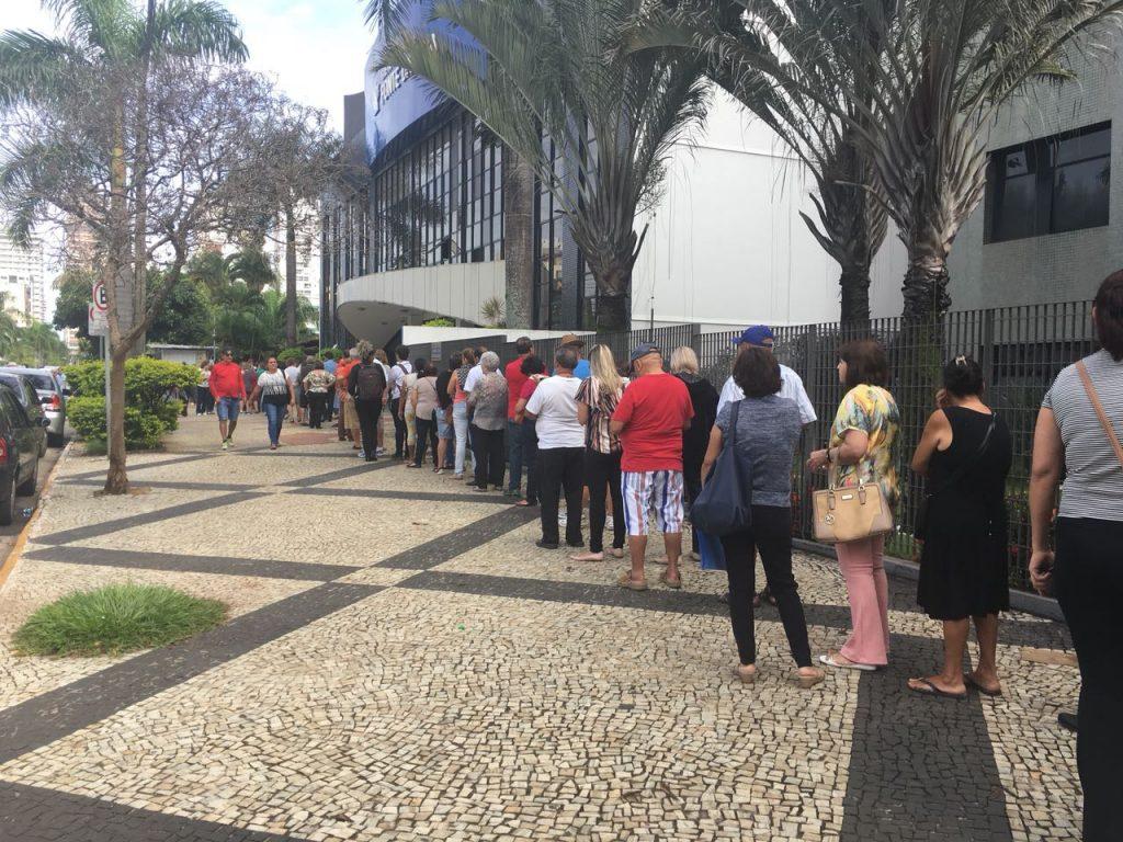 Filas persistem no segundo dia de vacinação contra H1N1, em Goiânia