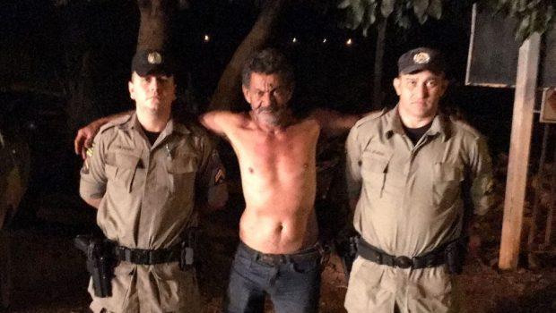 Policiais militares resgatam idoso que estava dentro de uma casa em chamas, em Morrinhos