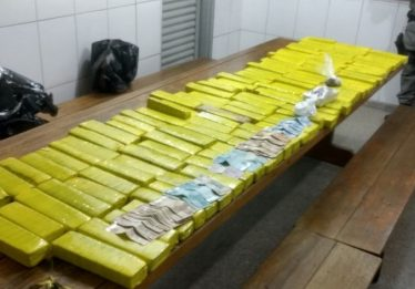 Suspeitos de venderem drogas no Centro de Goiânia são presos pela PM