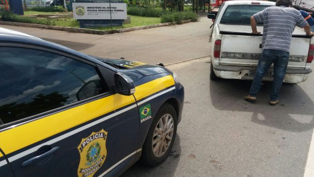 Motorista é preso na BR-153 após dirigir caminhonete com documento falso e 89 multas