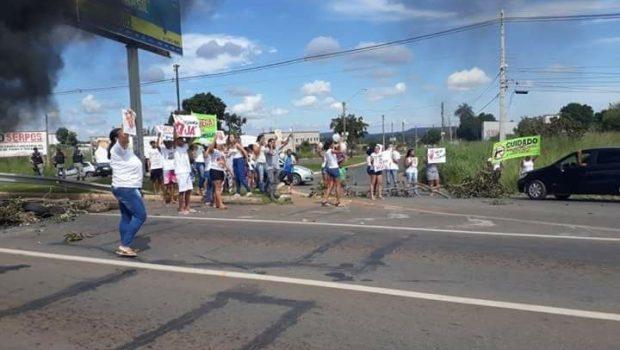 Grupo de 50 pessoas manifestam na BR-040, em Luziânia