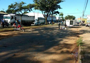 Motociclista morre após perder o controle da direção e bater em placa de sinalização da Saneago, em Goiânia