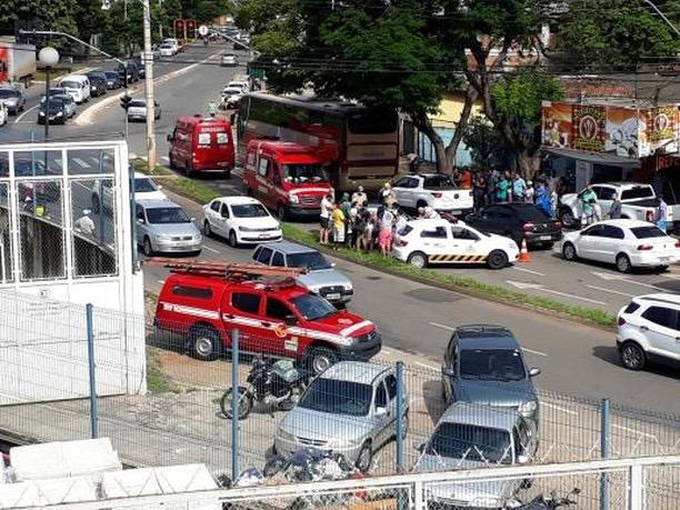 Motorista passa mal ao volante e choca carro contra moto e caminhonete na Avenida Oeste