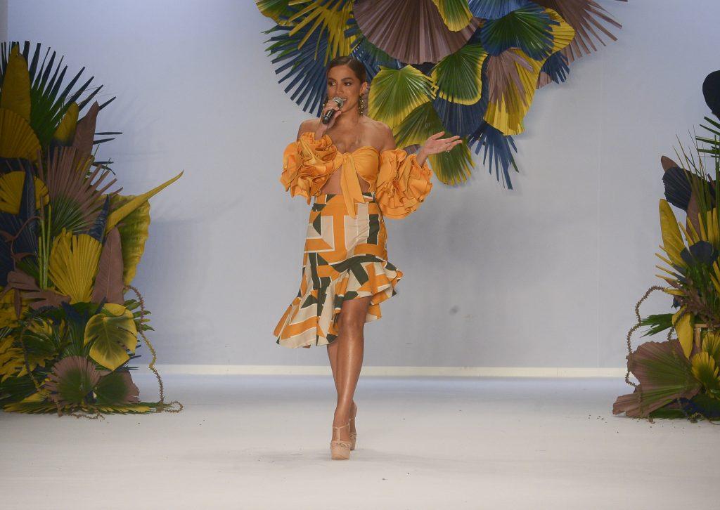 Anitta canta clássicos do samba em abertura da São Paulo Fashion Week