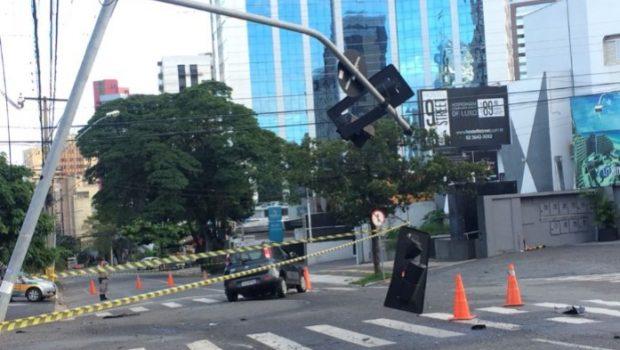 Homem colide carro roubado contra semáforo e é arremessado para fora do veículo no Setor Oeste