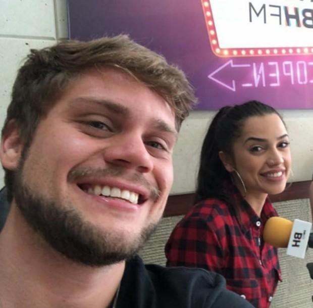 Ex-BBBs Breno e Paula assumem namoro durante entrevista ao vivo