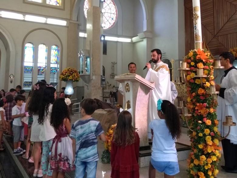 Fiéis celebram a Páscoa na Matriz de Campinas, em Goiânia