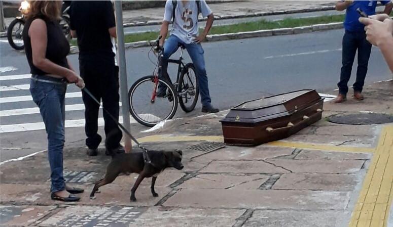 Caixão se solta de carro funerário e atrai curiosos na Avenida D, no Setor Oeste