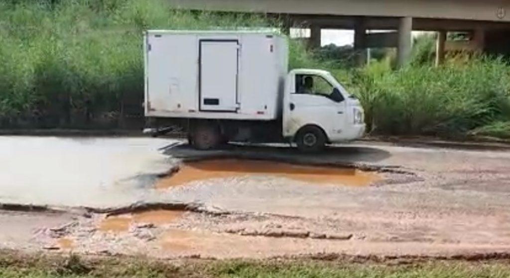 Buraco de 3 metros causa transtornos a condutores em acesso à BR-060, em Goiânia