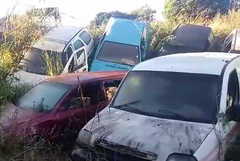 Os veículos brancos na imagens foram identificados pela polícia como sendo ambulâncias. (Imagem: Polícia Civil)