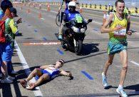 Maratonista sofre colapso e bate a cabeça em grade enquanto liderava prova