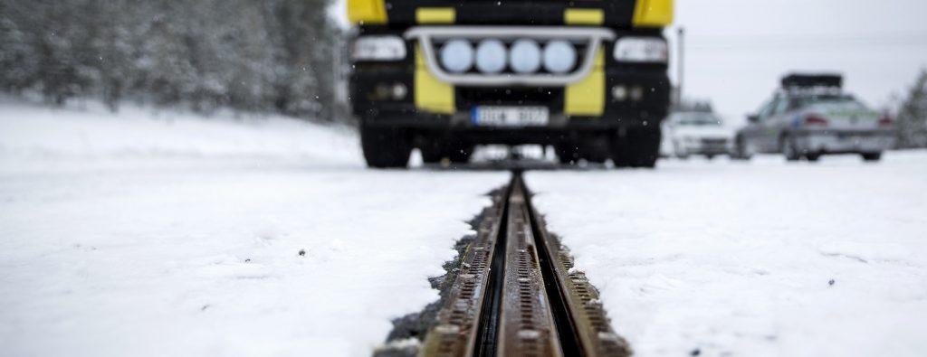 Suécia vai ganhar estrada modificada para carregar carros elétricos
