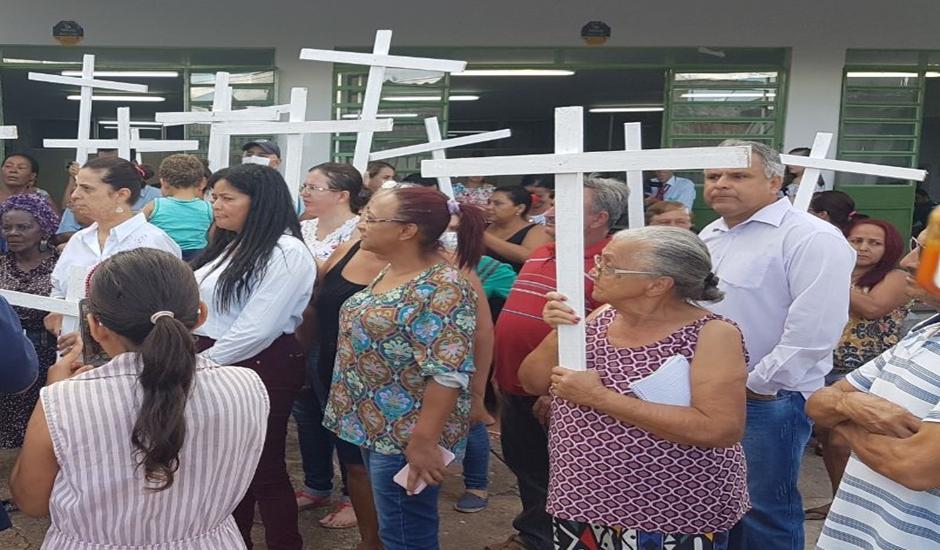População protesta em frente ao Cais Finsocial contra fechamento da unidade