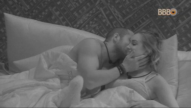 Kaysar e Jéssica dormem juntos no quarto do líder do BBB 18