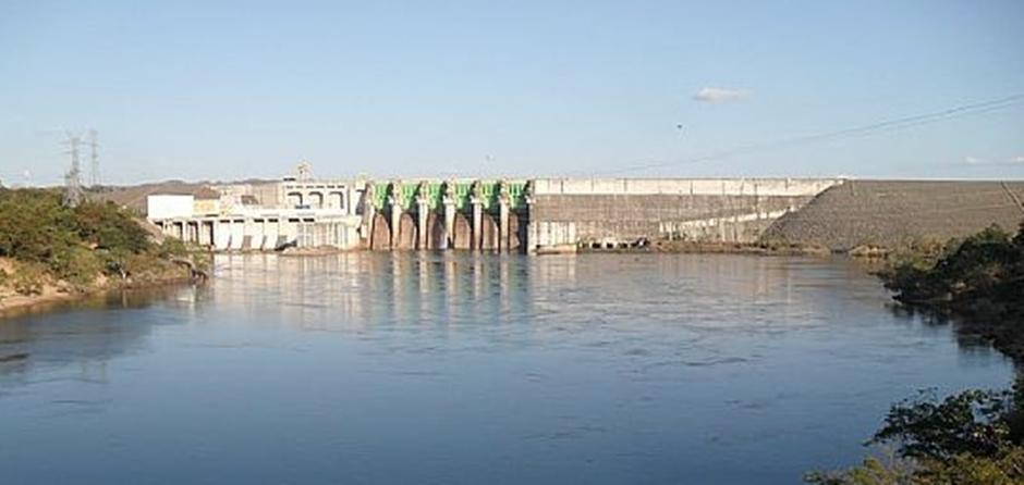 Corpo de Bombeiros busca homem desaparecido em lago de Minaçu