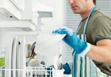 Crise obriga homem a ajudar mais em casa, aponta IBGE