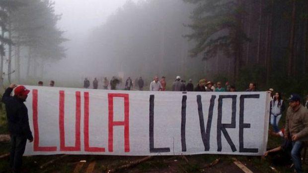 MST bloqueia estradas em cinco estados contra prisão de Lula