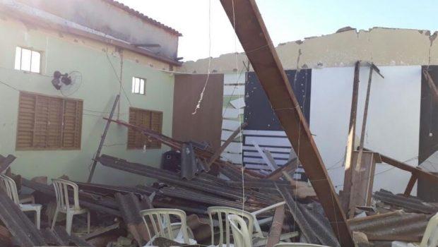 Teto de igreja desaba e deixa sete pessoas feridas, em Porangatu