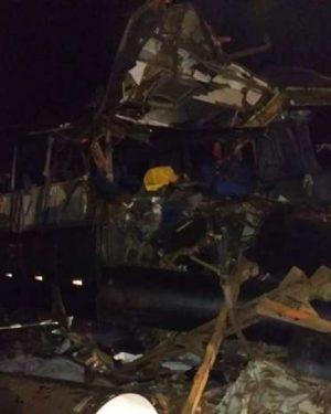 Acidente com ônibus, carreta e caminhonete mata seis pessoas na BR-116