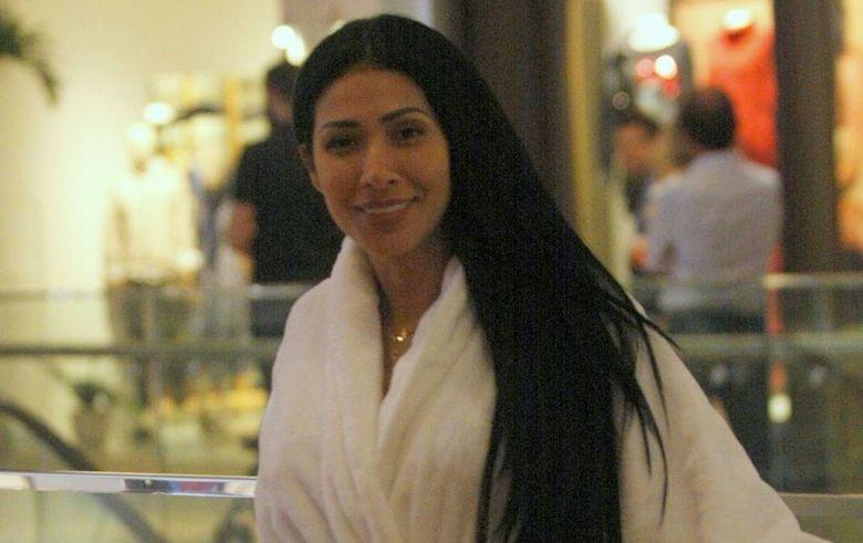 Simaria passeia por shopping carioca usando roupão