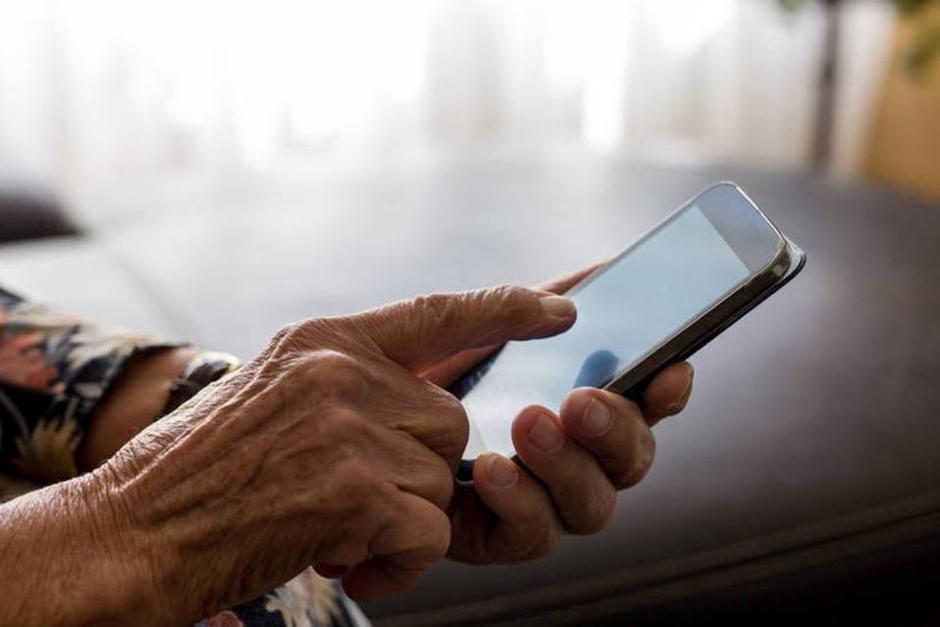 Especialistas ministram palestras para adultos perderem o medo do mundo digital, em Goiânia