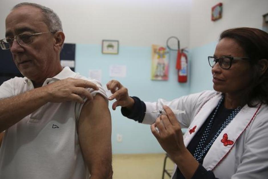 Idosos que não conseguem ir aos postos podem pedir vacinação em casa
