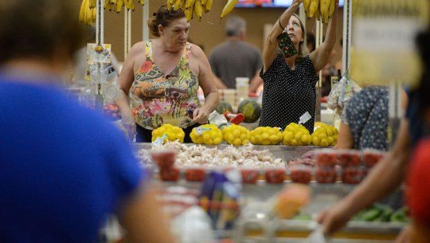 Greve de caminhoneiros pode provocar desabastecimento nos supermercados em Goiás
