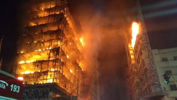 Prédio desaba durante incêndio no centro de São Paulo