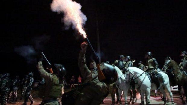 PM usa bombas de gás para liberar caminhões da base da Petrobras em SC