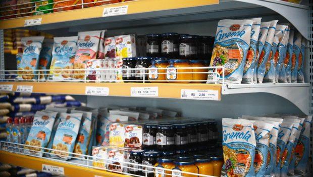 Alimentos com muito açúcar terão alerta para consumidor, diz ministro