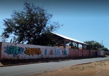 Homem é morto a facadas e tem cabeça esmagada aos fundos de escola, em Aparecida de Goiânia