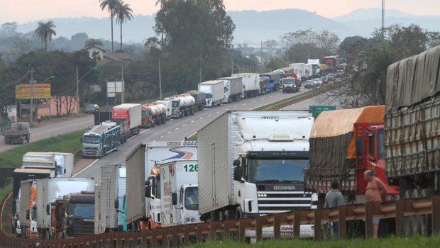 Caminhoneiros mantêm paralisação nesta segunda-feira em todo o País