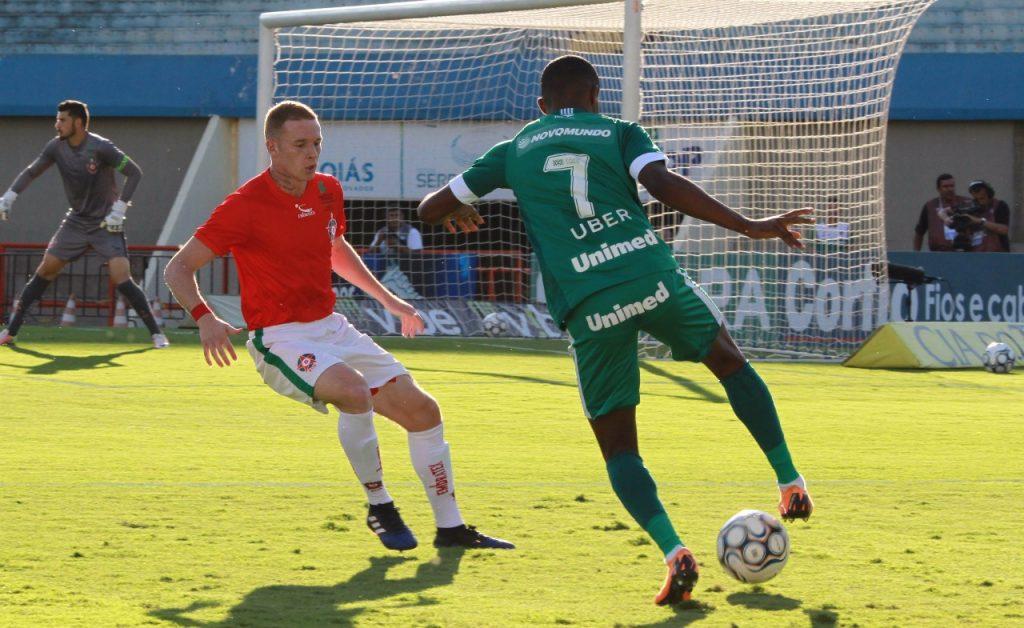 Com dois gols de pênalti, Boa Esporte vence e afunda o Goiás