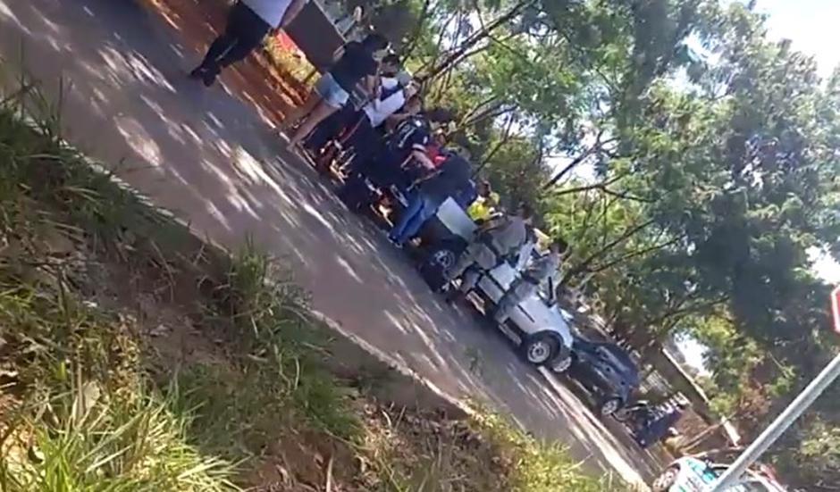 Picape com corpo ficou atrás de um hospital, nas proximidades de onde tiros foram disparados (Foto: Divulgação)