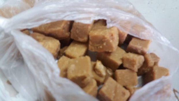 Mulher é presa ao tentar entrar no presídio com crack escondido em pedaços de doce, em Jataí