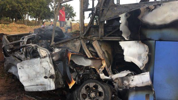 Colisão frontal entre caminhonete e ônibus termina com incêndio e um óbito na BR-050, em Catalão