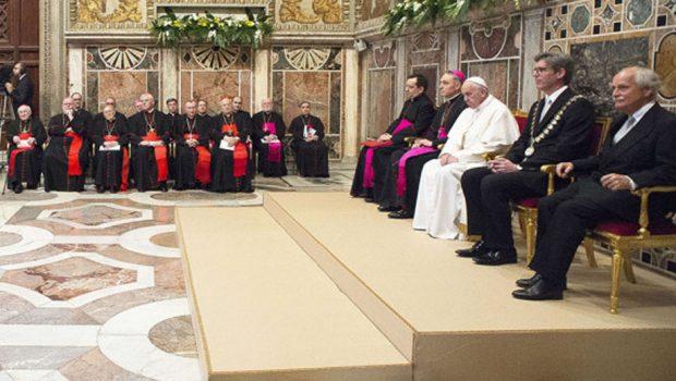 """""""É escandaloso administrar a Igreja como se fossem bens pessoais"""", diz papa Francisco"""