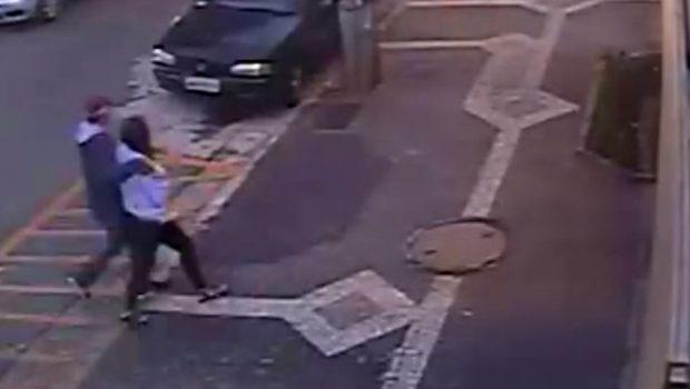Câmeras registram momento em que casal rouba veículo no Jardim América