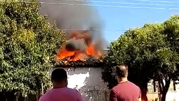 Casa abandonada pega fogo, em Nerópolis