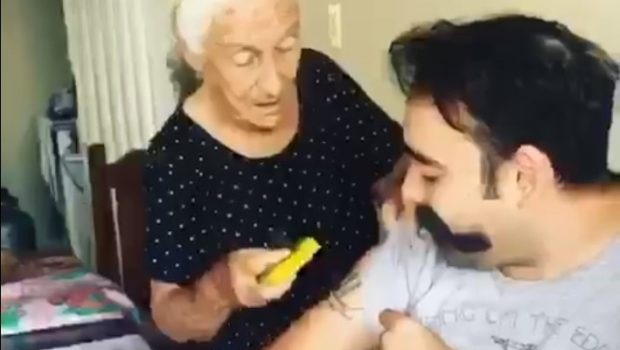 Avó de Bela Vista viraliza nas redes sociais após tentar remover tatuagem de neto com bucha
