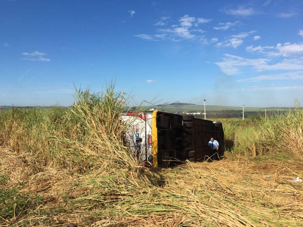 Ônibus que seguia de Goiânia para São Paulo tomba e deixa 11 feridos, em Minas Gerais