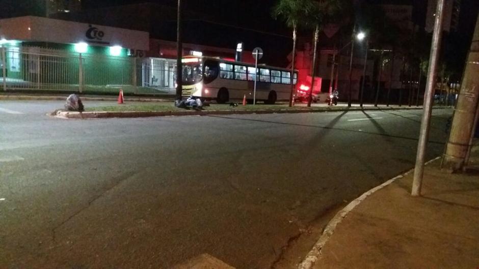 Motociclista morre após avançar sinal vermelho e ser atingido por carro, em Goiânia