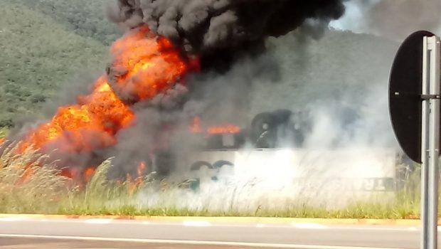 Caminhoneiro capota caminhão e morre carbonizado na BR-080 em Barro Alto