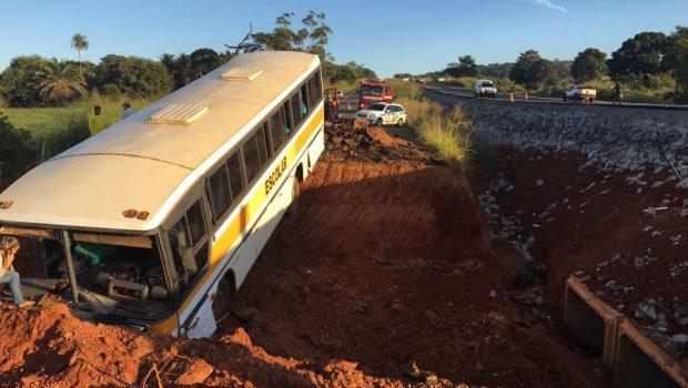 Acidente com ônibus escolar deixa um morto e vários feridos na GO-080, em Nerópolis