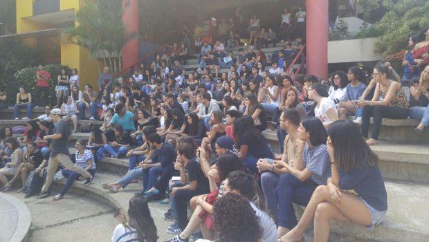 Estudantes de Arquitetura e Urbanismo da PUC-GO fazem manifestação em Goiânia