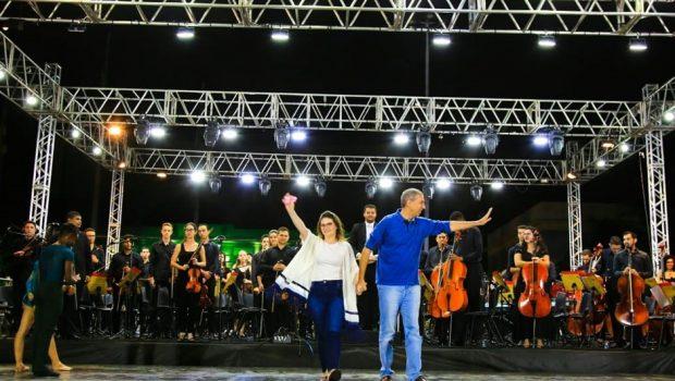 Mães recebem homenagem de José Eliton e Fabrina Müller em evento na Praça Cívica