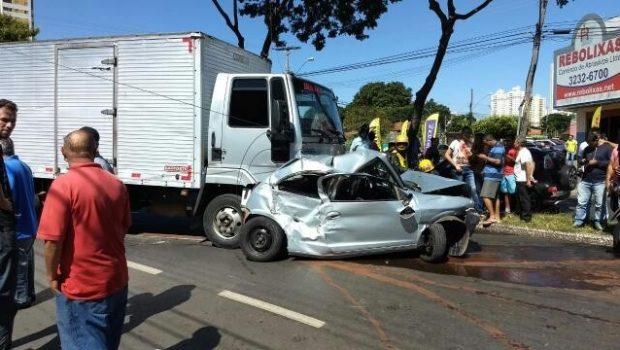 Caminhão desgovernado atinge seis carros, no Parque Amazônia